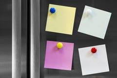 Quatre notes jointes en annexe au réfrigérateur Image libre de droits