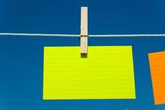 Quatre notes sur une corde à linge Image stock