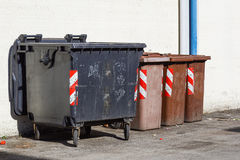 Quatre ont coloré des poubelles de déchets pour aider distinct et pour le réutiliser photo libre de droits
