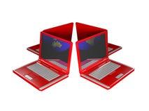 Quatre ordinateurs portatifs rouges connectés Images libres de droits