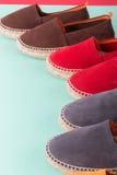 Quatre paires d'espadrilles sur le fond en bon état de couleur Fin vers le haut Photographie stock libre de droits