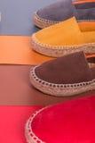Quatre paires d'espadrilles sur le fond multicolore Fin vers le haut Photos stock