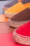 Quatre paires d'espadrilles sur le fond multicolore Fin vers le haut Photographie stock