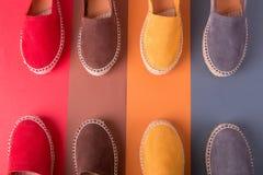 Quatre paires d'espadrilles sur le fond multicolore Vue supérieure Photos stock