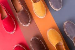 Quatre paires d'espadrilles sur le fond multicolore Vue supérieure Photographie stock