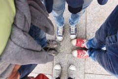 Quatre paires de chaussures de sports d'en haut images stock