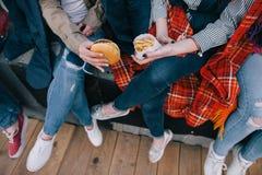 Quatre paires de jambes vue supérieure, se réunir d'amis intimes Image libre de droits