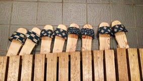 Quatre pantoufles sur un plancher photo stock