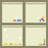 Quatre papiers de note avec les poissons colorés. Photo stock