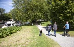 Quatre personnes avec une promenade de bicyclette sur le parc près du centre du leeuw Photographie stock libre de droits