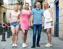 Quatre personnes de sourire marchant ensemble Photo libre de droits