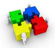 Quatre personnes joignent les grands morceaux de puzzle Image libre de droits