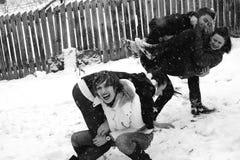 Quatre personnes jouant dans la neige Image stock