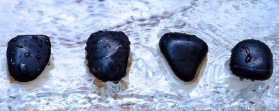Quatre pierres polies volcaniques en composition de zen Image stock