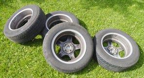Quatre pneus d'été avec des roues d'alliage Photo libre de droits