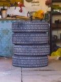 Quatre pneus de voiture dans le garage Photographie stock libre de droits