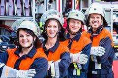 Quatre pompiers faisant des pouces  image libre de droits