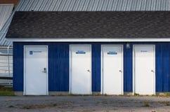 Quatre portes publiques de douche photo libre de droits