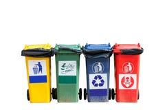 Quatre poubelles colorées (poubelles de déchets) sur le fond blanc photographie stock
