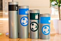Quatre réservoirs pour des déchets assortissant et traitant suivant Photographie stock libre de droits