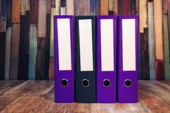Quatre reliures à anneaux de document avec les labels vides Image stock