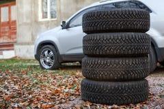 Quatre roues de pneu d'hiver pour changer sont voiture proche, copyspace Photographie stock libre de droits