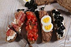 Quatre sandwichs à petit déjeuner Photographie stock libre de droits