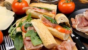 Quatre sandwichs délicieux faits maison sur la table banque de vidéos
