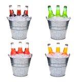 Quatre seaux à glace remplis de trois bouteilles de soude chacune image libre de droits