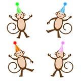 Quatre singes drôles dans des chapeaux de fête Images stock