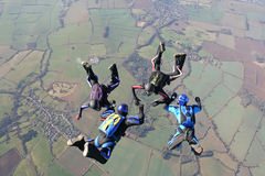 Quatre skydivers dans la chute libre Photographie stock libre de droits