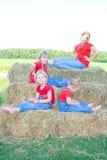 Quatre soeurs de ferme avec l'assiette. image libre de droits