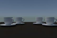 Quatre tasses de café blanc avec la soucoupe sur une surface réfléchie foncée Photos stock