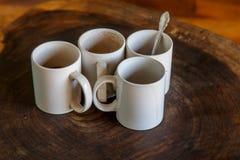 Quatre tasses de café dans une table Photos libres de droits