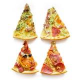Quatre tranches de pizza différentes sur un fond blanc Image libre de droits