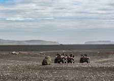 Quatre vélos de quadruple dans l'endroit plat d'épave de Solheimasandur : paysage noir de désert de sable en Islande du sud, l'Eu photo libre de droits