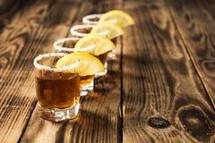 Quatre verres de boisson d'alcool avec le citron image libre de droits