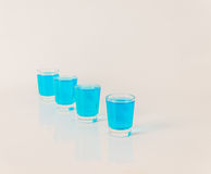 Quatre verres de kamikaze bleu, boisson fascinante, cocktail versent Photo stock