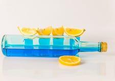 Quatre verres de kamikaze bleu, boisson fascinante, cocktail versent Image libre de droits