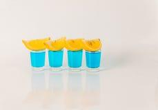 Quatre verres de kamikaze bleu, boisson fascinante, cocktail versent Photographie stock libre de droits