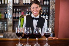 Quatre verres de vin rouge prêts à servir sur le compteur de barre image stock