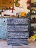 Quatre vieux pneus dans un garage Photographie stock libre de droits