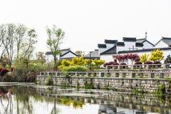 Quatre-vingt-dix-neuf et demi maisons et étang folkloriques antiques Image libre de droits