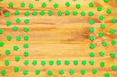 Quatrefoils för gräsplan för bakgrund för dag för St Patrick ` s lyckliga på träbakgrunden Royaltyfria Bilder