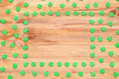 Quatrefoils för gräsplan för bakgrund för dag för St Patrick ` s lyckliga på träbakgrunden Fotografering för Bildbyråer