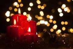 Quatrième arrivée, bougies dans la lumière atmosphérique photos stock