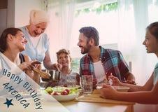 Quatrième bleu et blanc de graphique de juillet contre le dîner de famille avec le recouvrement rouge Photographie stock libre de droits
