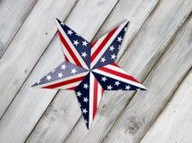 Quatrième d'étoile de juillet sur les conseils en bois blancs rustiques Photographie stock