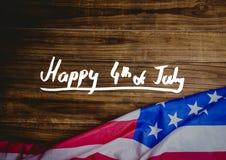 Quatrième de blanc de graphique de juillet contre la table en bois et le drapeau américain Photographie stock
