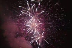 Quatrième de célébration de juillet avec des feux d'artifice éclatant, Jour de la Déclaration d'Indépendance, Ojai, la Californie Image stock